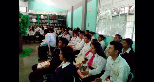 Normalistas de la Mixteca comparten experiencias docentes en foro