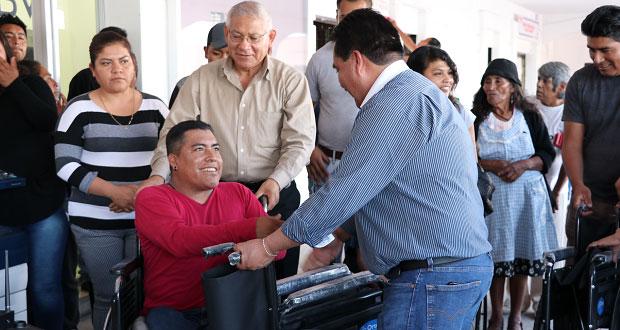 Ocoyucan apoya a población vulnerable con sillas de ruedas y bastones