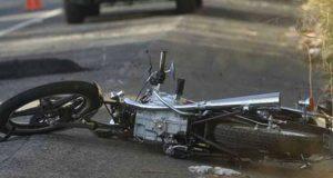 Choque entre motocicleta y patrulla deja un niño y un adulto muertos