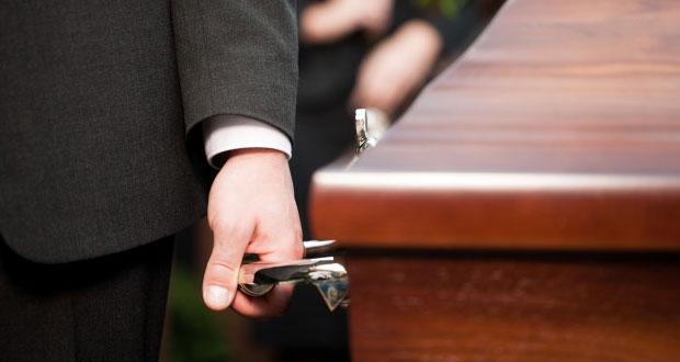 """Hombre """"revive"""" y se reúne con familiares después de su funeral"""