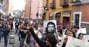 En marcha de 2 de octubre, alumnos de la BUAP exigen no subir pasaje