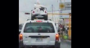 Indigna en redes video de niños arriba del toldo de una camioneta