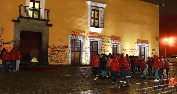 Normalistas de Teteles pintan Casa Aguayo y exigen respetar acuerdos