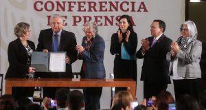 AMLO firma acuerdo para que su gobierno priorice a mujeres más pobres