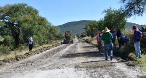 Ayuntamiento de Ixcaquixtla da mantenimiento a camino dañado