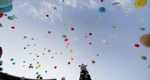 Analizan prohibir lanzamiento de globos de helio y multar con hasta 1.7 mdp
