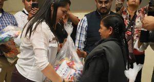 Gobierno estatal entrega despensas a adultos mayores en Zacapoaxtla