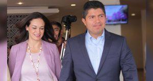 Sujetos armados asaltan a esposa de Eduardo Rivera y se llevan su camioneta