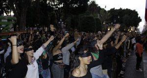 """Replican """"Un violador en tu camino"""" en Puebla y otras ciudades"""