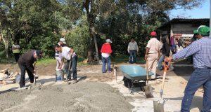 Vecinos avanzan con pavimentación en Los Volcanes, Zacapoaxtla