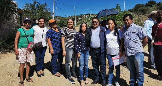 Vecinos urgen domo para primaria de barrio Tres Cruces, en Acatlán
