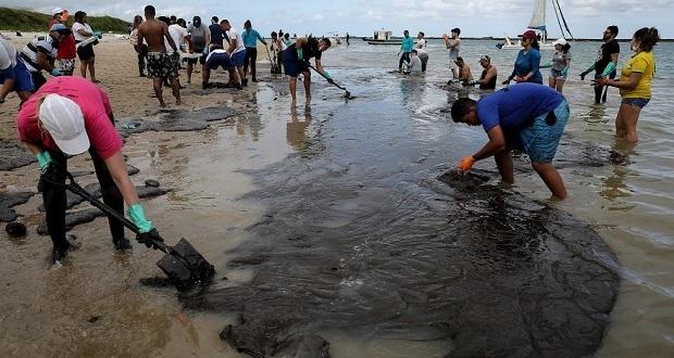Derrame de petróleo en Brasil llega a santuario de ballenas jorobadas