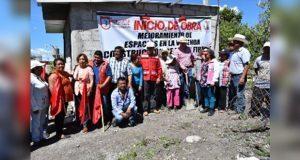 Inicia construcción de pisos firmes en Barrio Dolores de Ixcaquixtla