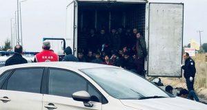 Localizan 41 migrantes vivos en un camión refrigerador en Grecia