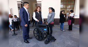 En martes ciudadano, DIF entrega silla de ruedas a menor
