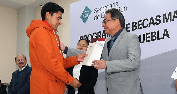 SEP da becas a cerca de 9 mil alumnos de 49 escuelas de Puebla