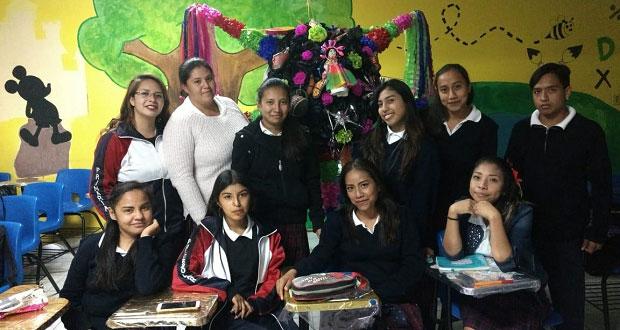Universitarios realizan concurso de piñatas