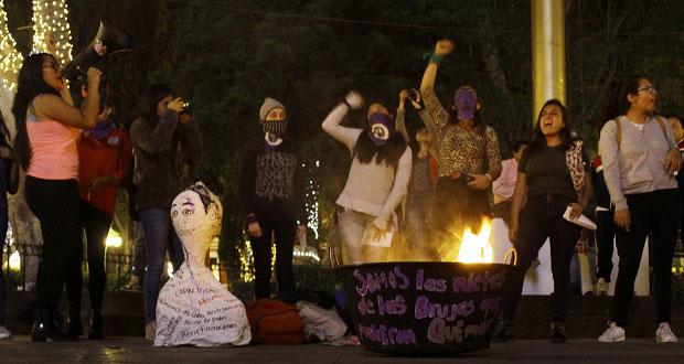 Arman aquelarre feminista y queman piñata de feminicida prófugo