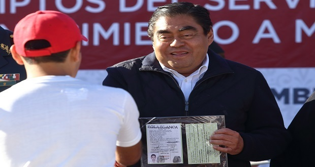 Barbosa entrega cartillas militares liberadas a jóvenes poblanos