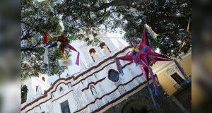 Por época decembrina, instalan Calle de las Piñatas en Puebla