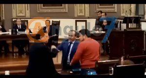 Hector Alonso intenta agredir a Biestro en sesión del Congreso