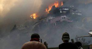 Incendio en Valparaíso arrasa con 120 casas; indagan si fue provocado