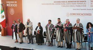 AMLO destaca trabajo de comunidades de Oaxaca en 25 caminos rurales