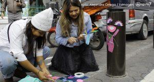 Activistas decoran bolardos del CH para visibilizar que resguardad al peatón