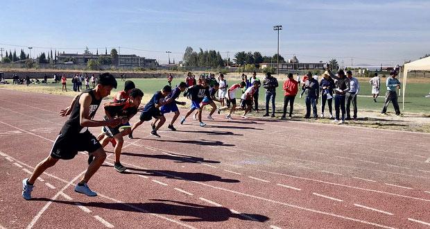 Alumnos de Atlixco entrenan para competencias de atletismo Antorcha