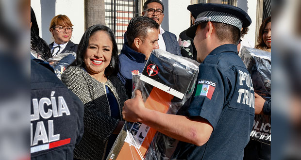 Ayuntamiento de Cuautlancingo entrega 172 uniformes a policías