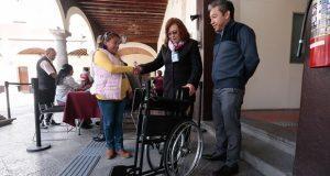 Para apoyar su movilidad, DIF entrega silla de ruedas a joven