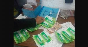 Encuentra una cartera con 10 mil pesos en el Metro y la devuelve