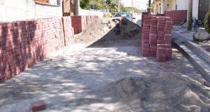 Comuna de Ixcaquixtla pavimenta calle 6 Poniente en Barrio del Once
