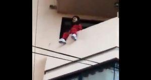 Rescatan a menor de 4 años de un balcón en CDMX; la dejaron sola