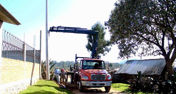 Instalan alumbrado público a colonia Las Lajas, en Zacatlán