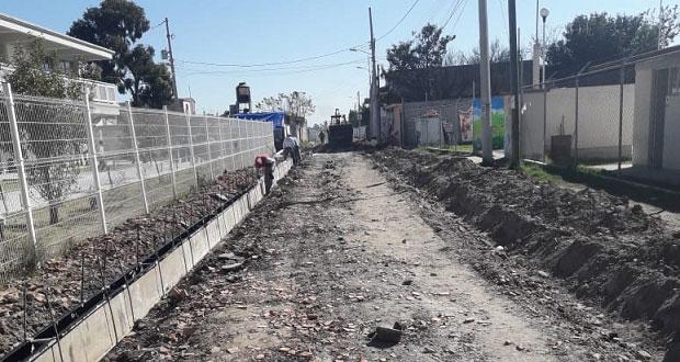 Avanza construcción de banquetas en barrio Tepelcayuca de Amozoc