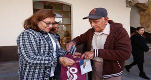 DIF estatal entrega dos aparatos auditivos a poblano de 89 años