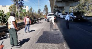 Inicia gobierno a tapar baches en bajo puente de la México-Puebla