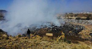 Tras 14 horas, controlan incendio en relleno sanitario de Cuyoaco
