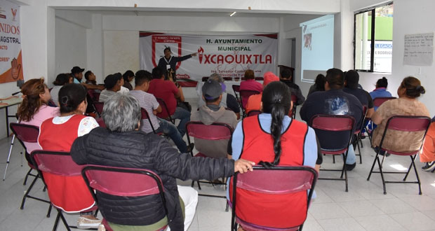 Capacitan a comerciantes de Ixcaquixtla en preparación de alimentos