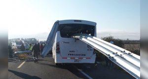 Choca transporte de Audi y deja al menos 35 personas heridos