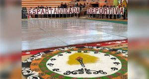 Tapete tradicional de Sierra Norte adorna competencia deportiva