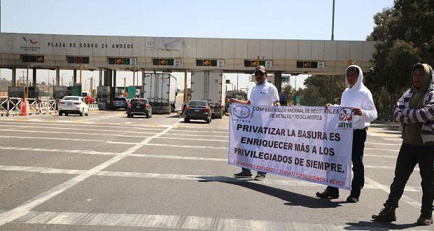 "Por 3 horas, bloquean caseta de Amozoc por ""privatización de reciclaje"""
