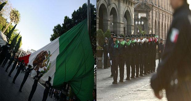 Con izamiento y honores, celebran Día de Bandera en el zócalo