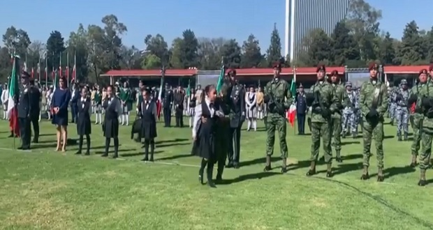 10 niños se desmayan en ceremonia de Día de la Bandera con AMLO