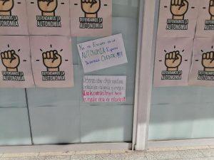Esparza se burla y ofrece cubetas a alumnos que exigen agua en la prepa Benito
