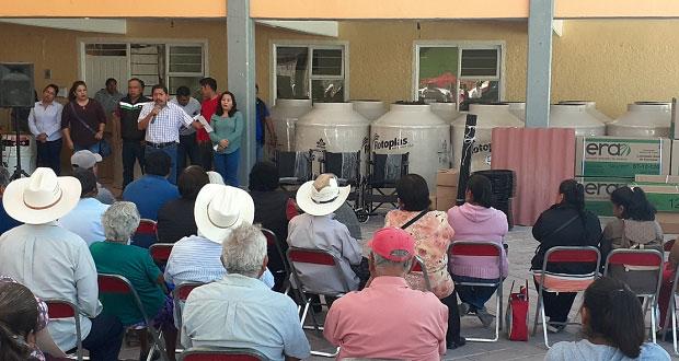 Atexcal apoya a familias con láminas, tinacos, calentadores y leche