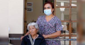 Con prótesis dental, DIF beneficia a persona adulta mayor