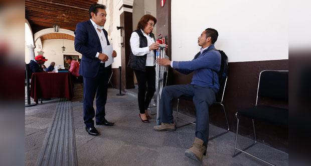 Joven recibe del Sedif muletas; su meta es concluir la universidad