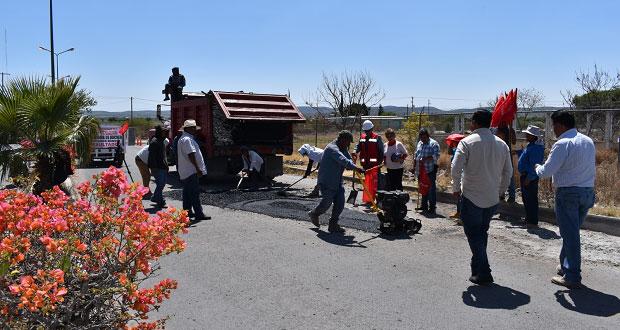 Edil antorchista da inicio a bacheo en carretera de Ixcaquixtla
